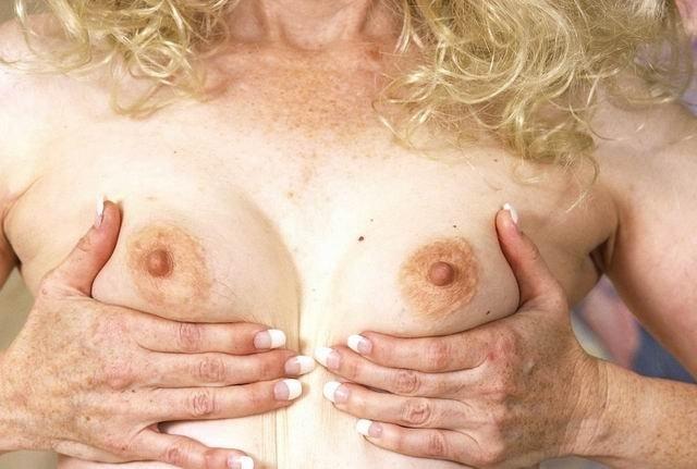 Узкие щели кудрявой женщины