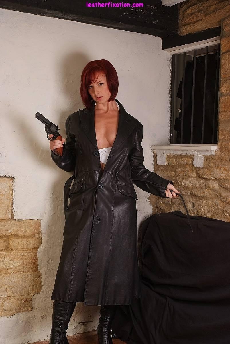 Рыжая дама спец агент в короткой кожаной юбке под которой нет трусиков