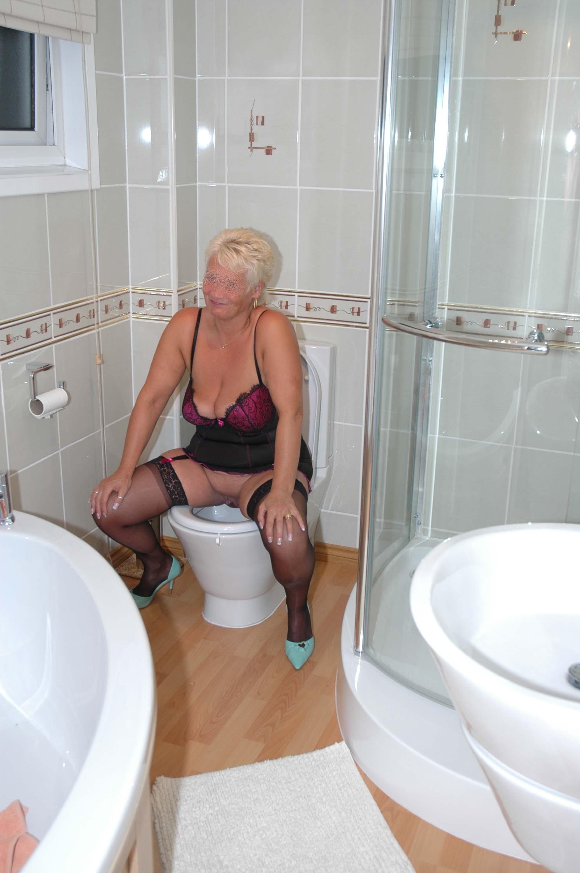 Женщины в туалете - компиляция 9