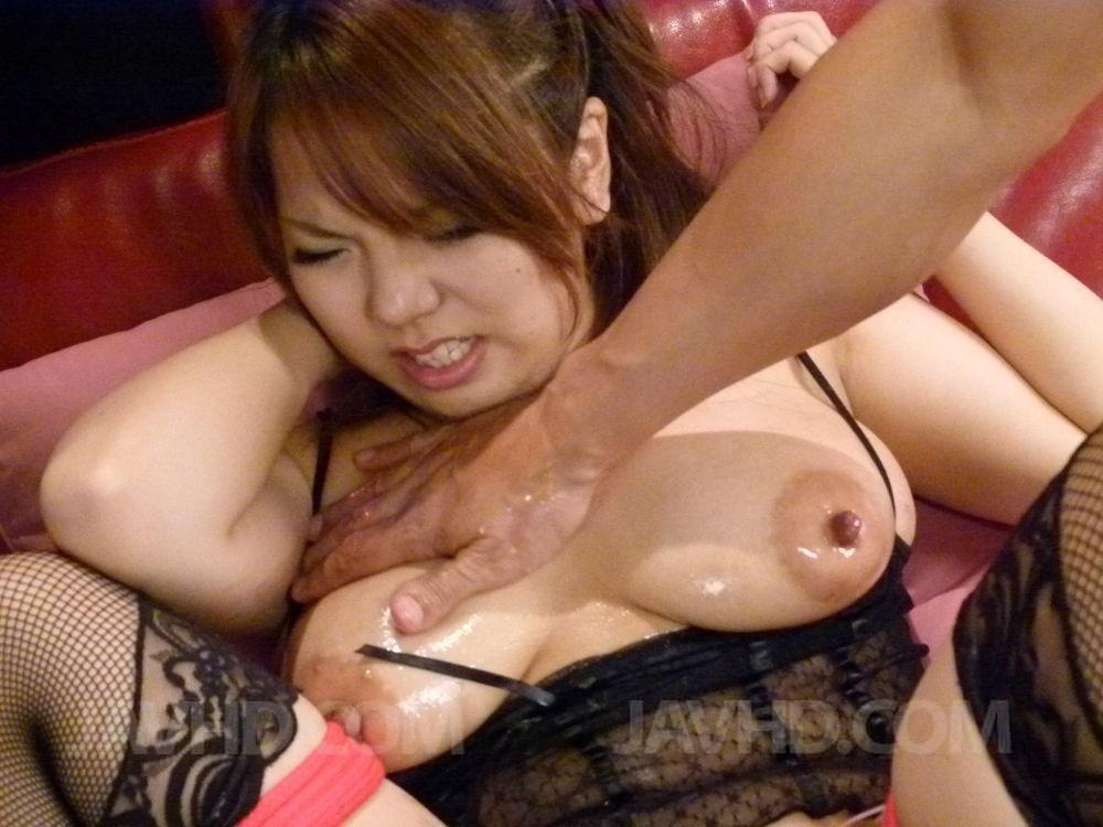 Намазав маслом сисястую азиатку, мужчина дает ей в рот и ласкает пизду