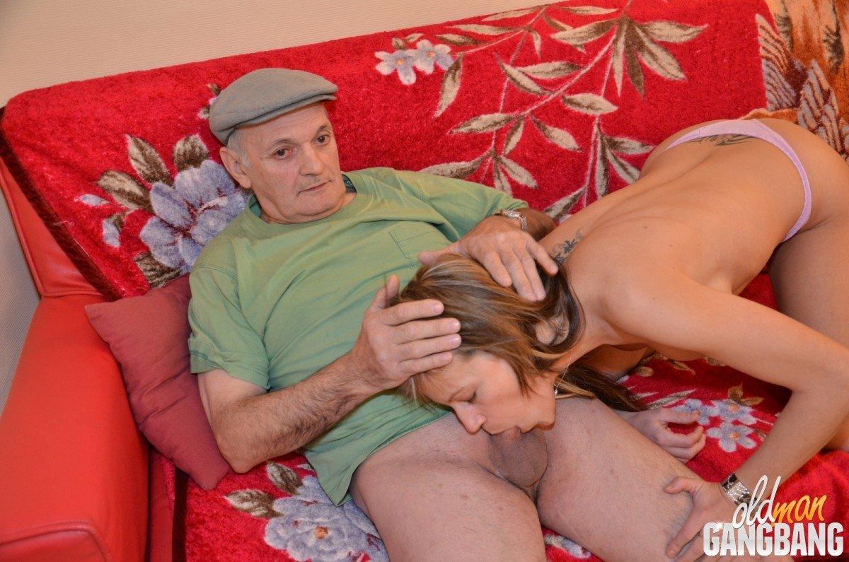 Старик присоединился к сексу молодой пары