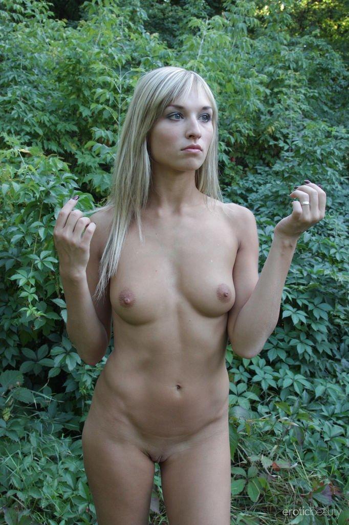 Худая блондинка разделась в кустах, пока никто не видит