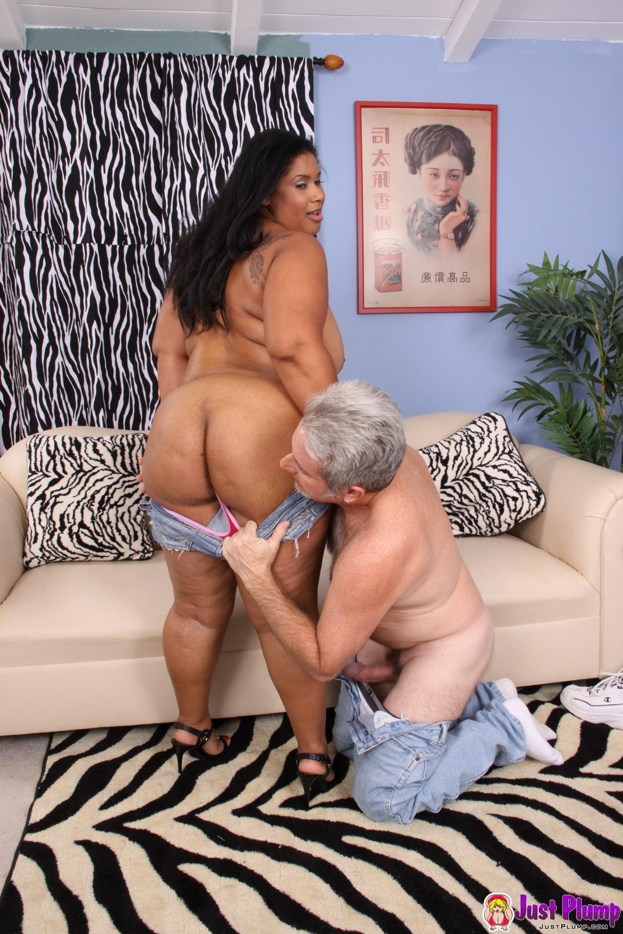 Толстенькая мулатка занимается сексом с пожилым мужчиной