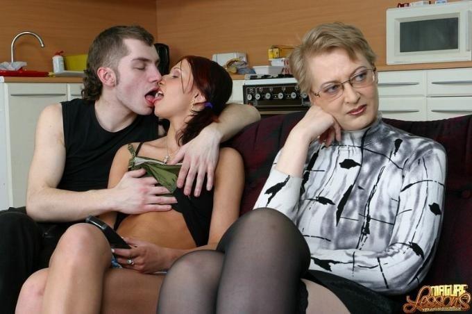 Бабка помогла потрахаться молодым