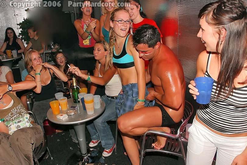 Пьяные телки пристают к стриптизеру на вечеринке