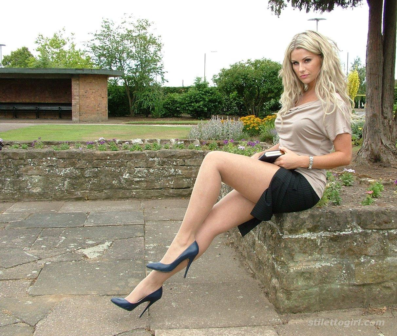 Солидная дама в деловой юбке