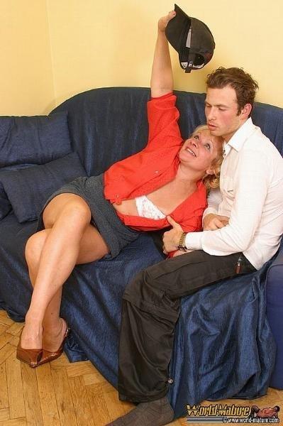 Зрелая женщина сосет и сношается с парнем