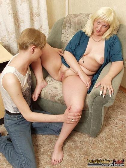 Зрелая женщина дала парню полизать пизду