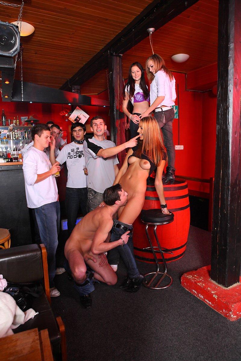 Порно вечеринка в пабе