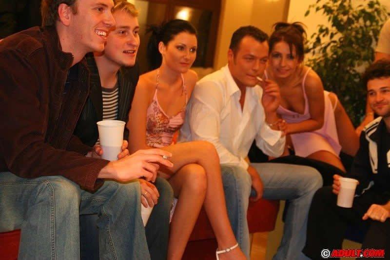 Пьяные мутят секс на вечеринке