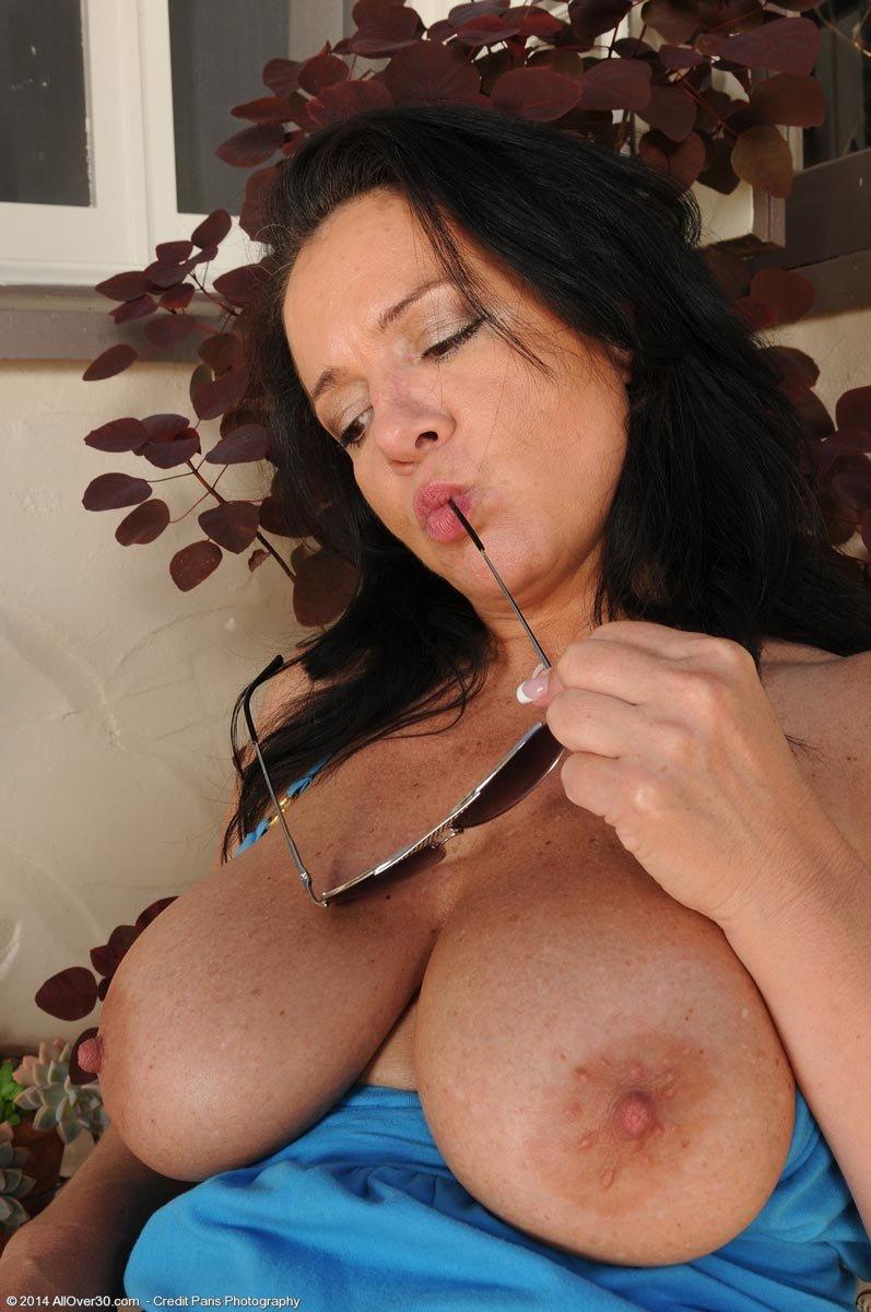 Снимает трусы и в рот их берет - Фото галерея 995967