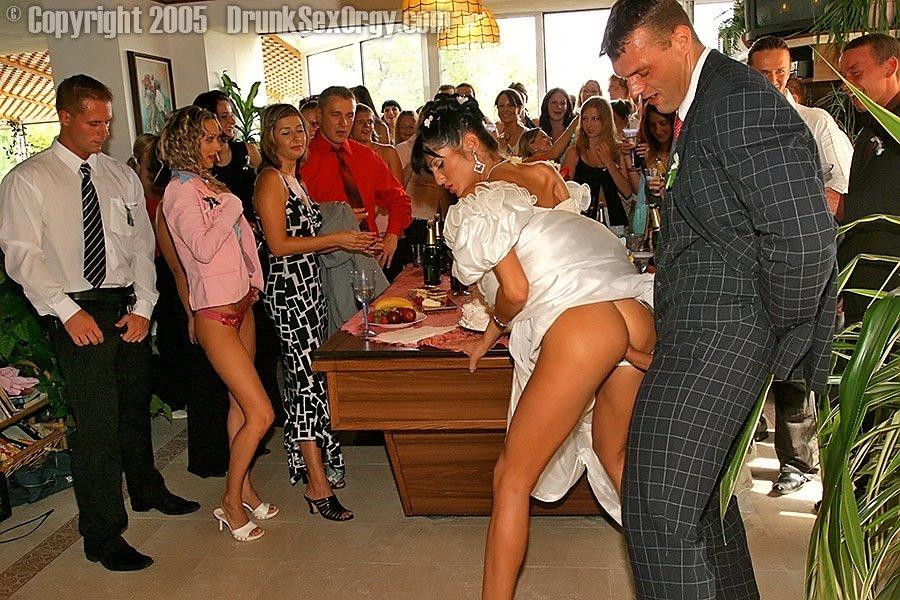 Пьяные девки на свадьбе без трусиков