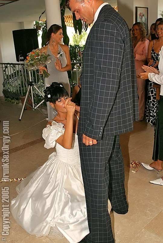 Невеста дает всем на свадьбе на глазах у гостей