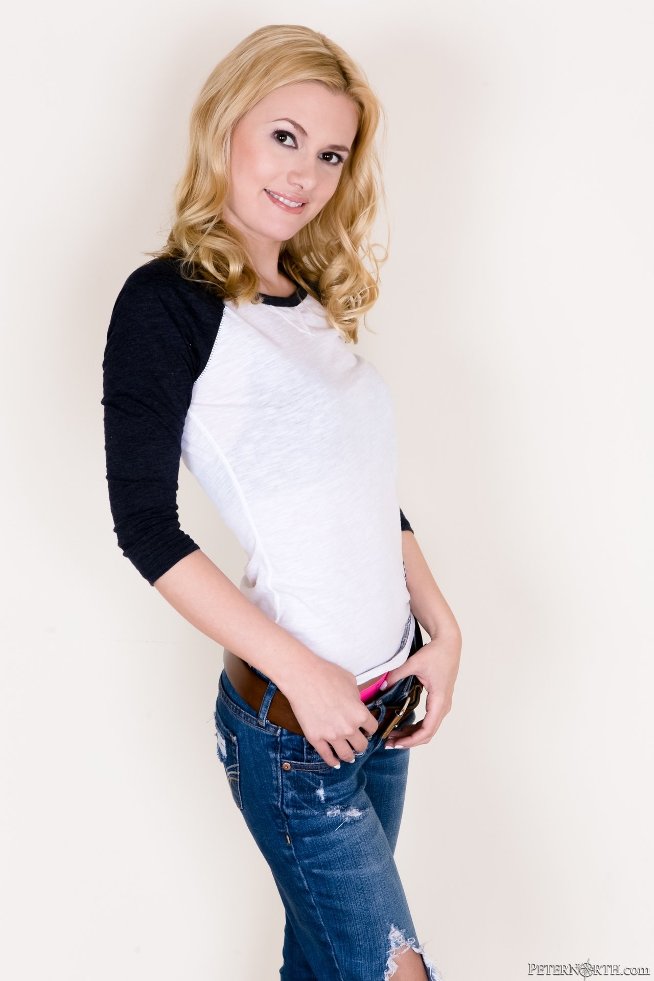 Плоская блондинка медленно, но верно, разделась до гола