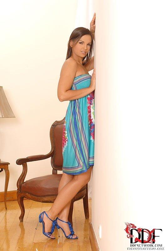 Красивая модель Ева Энджел сняла платье и засунула пальцы в киску