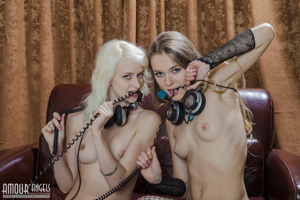 Две голые подружки меломанки