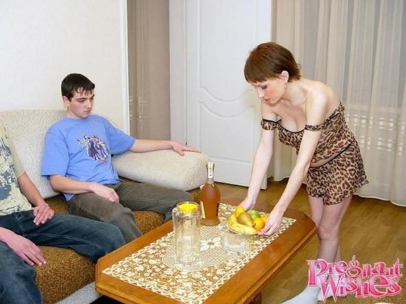 Два парня вафлят беременную соседскую женщину