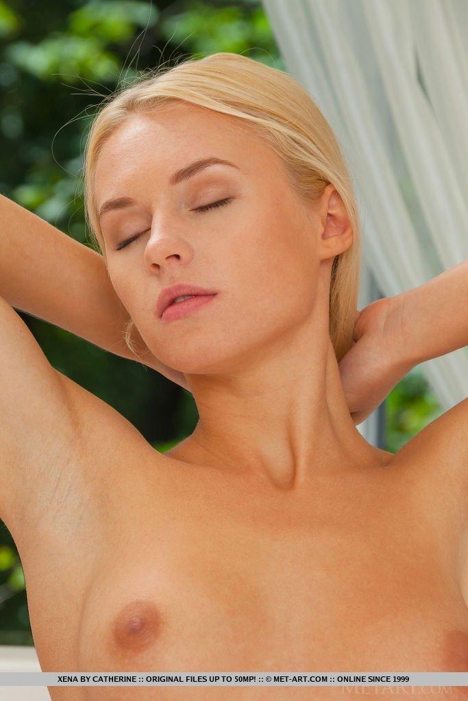 Блондинка сняла нижнее белье и трусы показав чистейшие гениталии