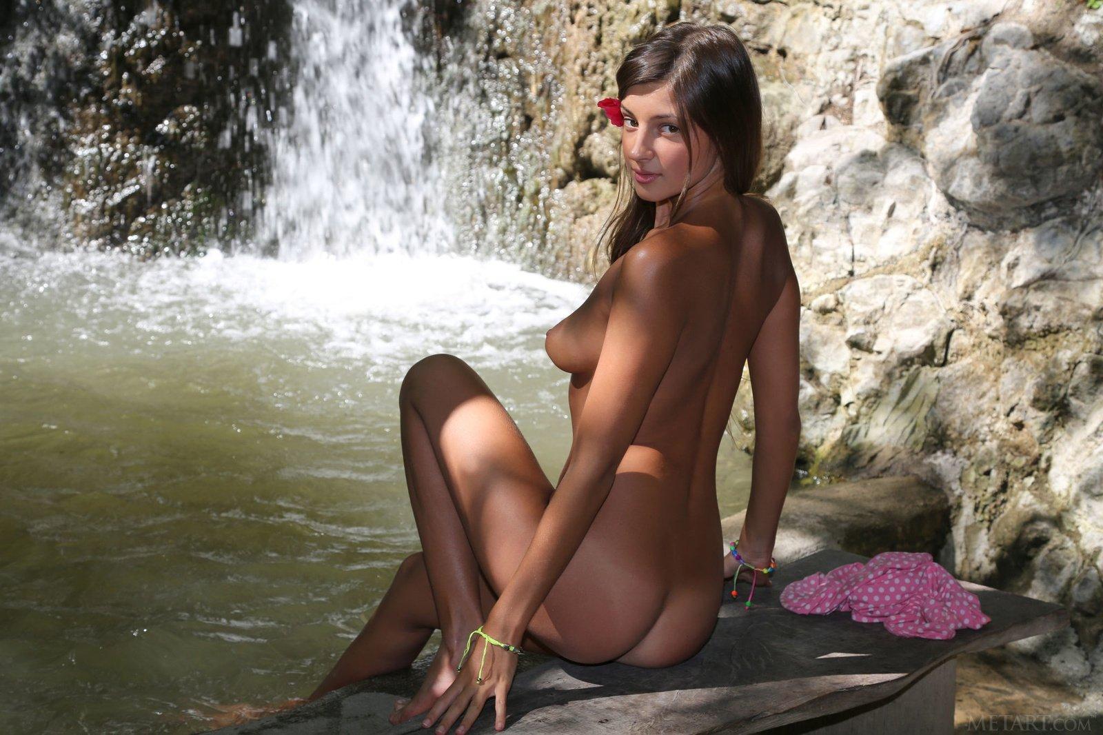 Голая Мелена у водопада