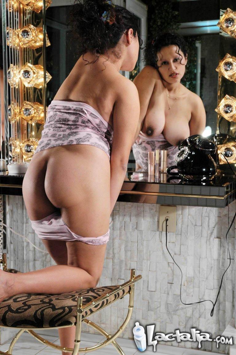 Беременная брюнетка мастурбирует у зеркала