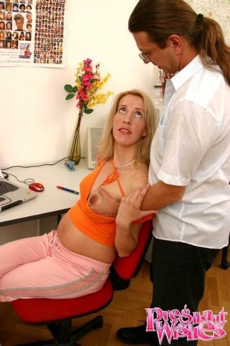 Начальник занимается оральным сексом с беременной сотрудницей