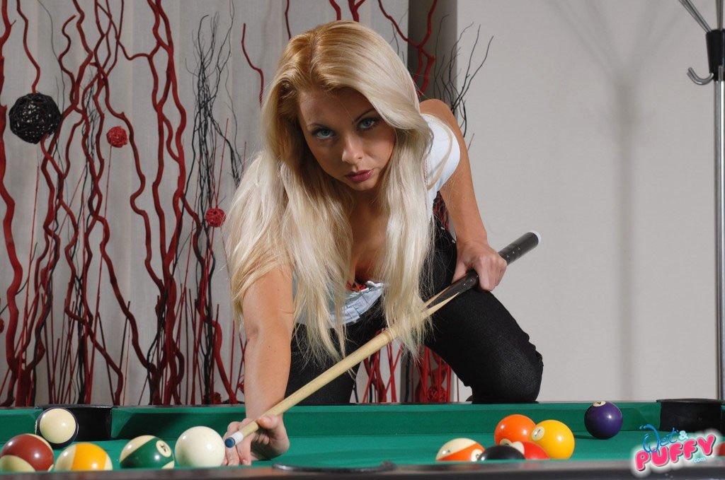 Блондинка Леа разделась на бильярдном столе