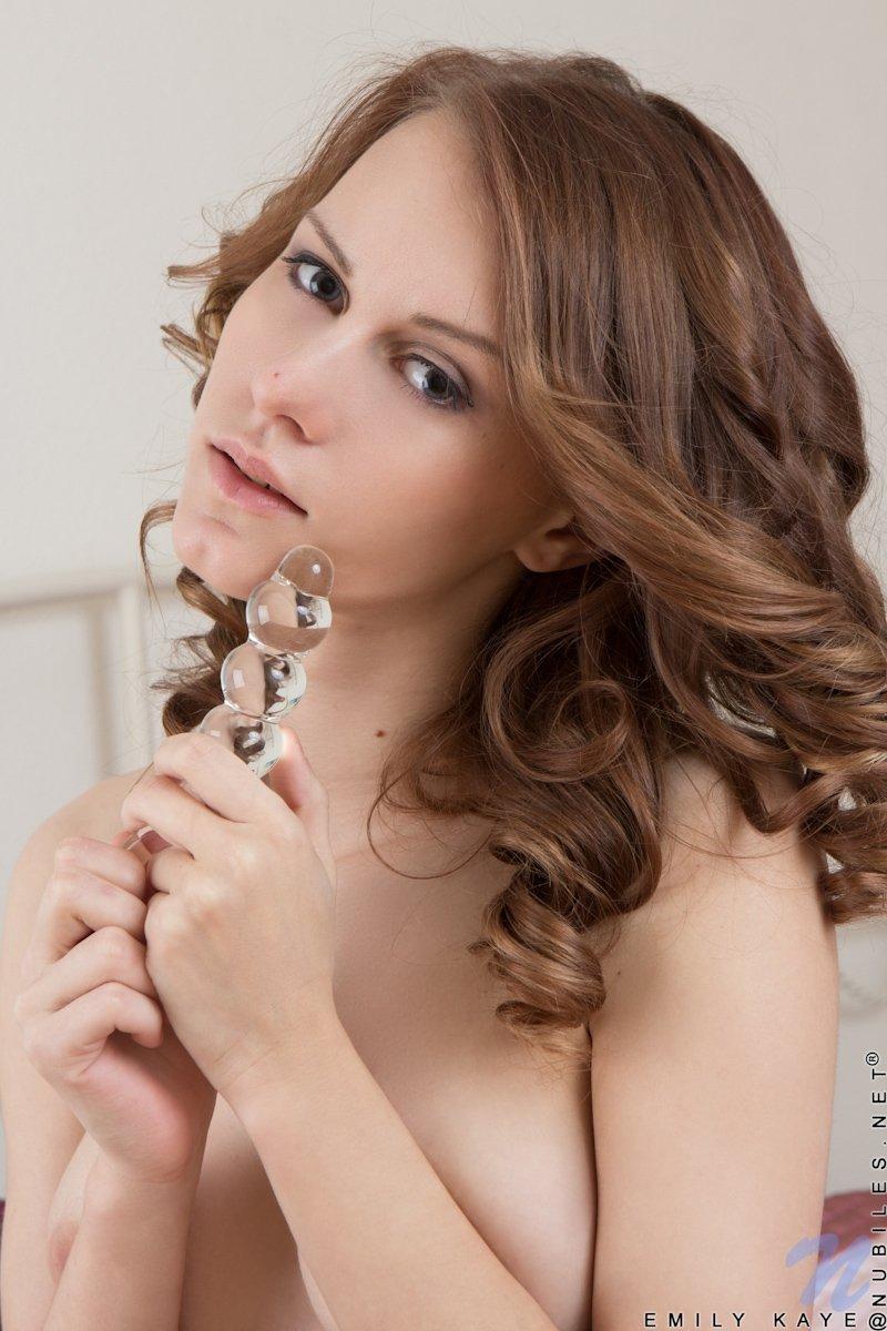 Русская модель Эмили удовлетворяется самостоятельно