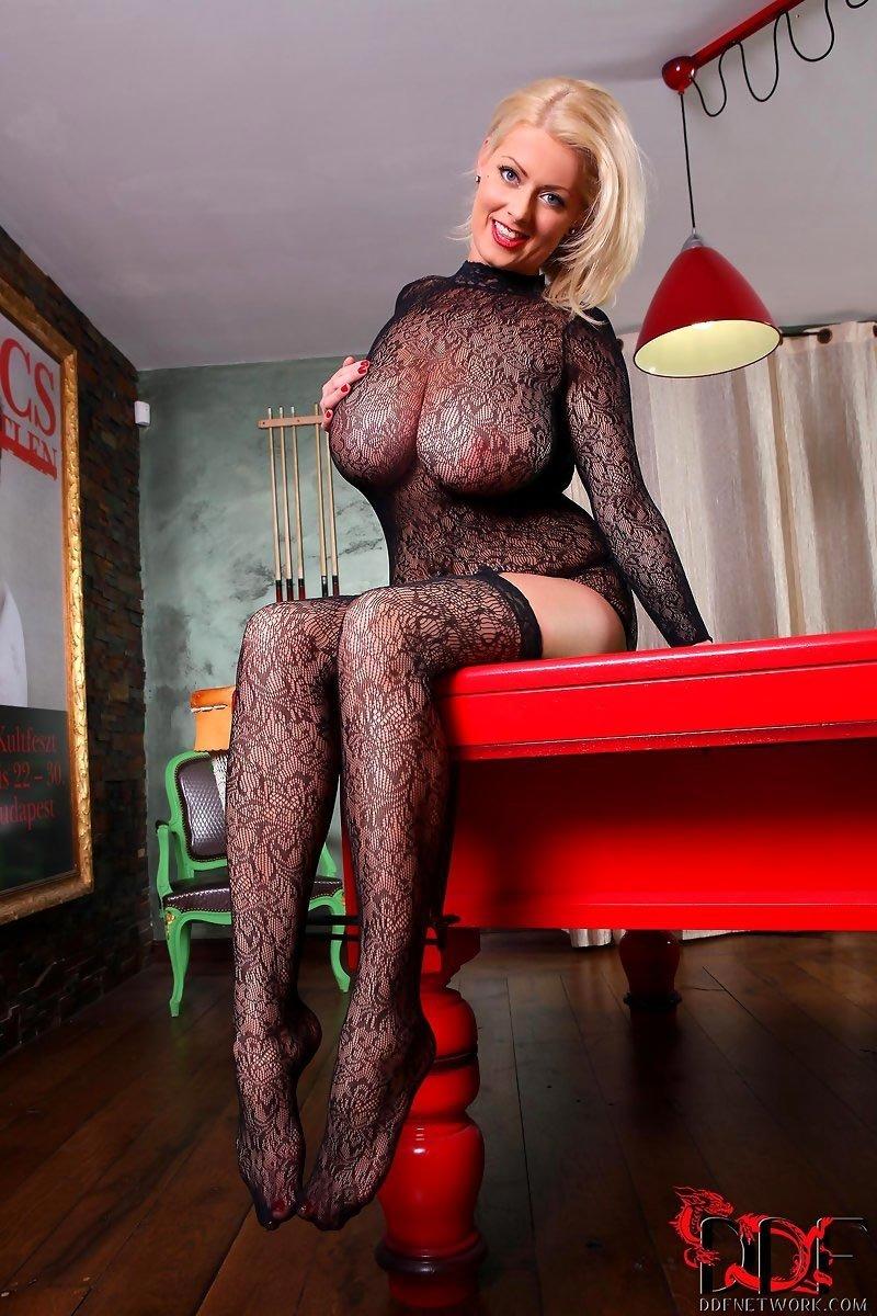 Роскошная блондинка в прозрачном нижнем белье позирует на бильярдном столе