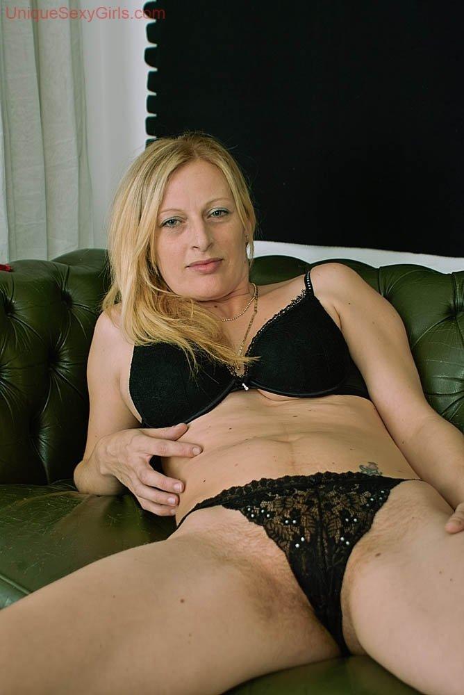 Блондинка играет с сосками при помощи помпы