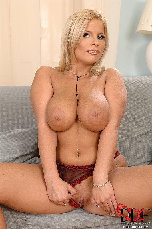 Женщина с шикарными дойками трахает секс игрушкой писю и попу