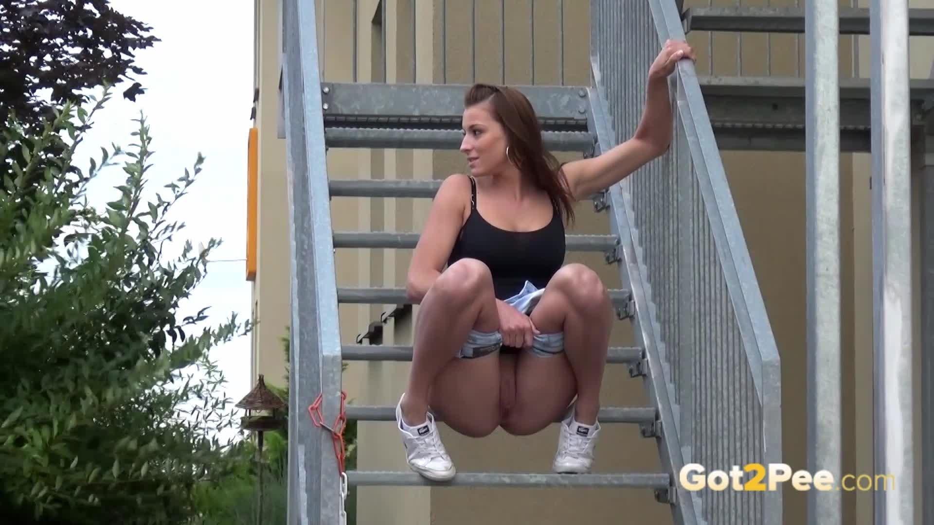Бесстыжая девушка поссала на лестнице