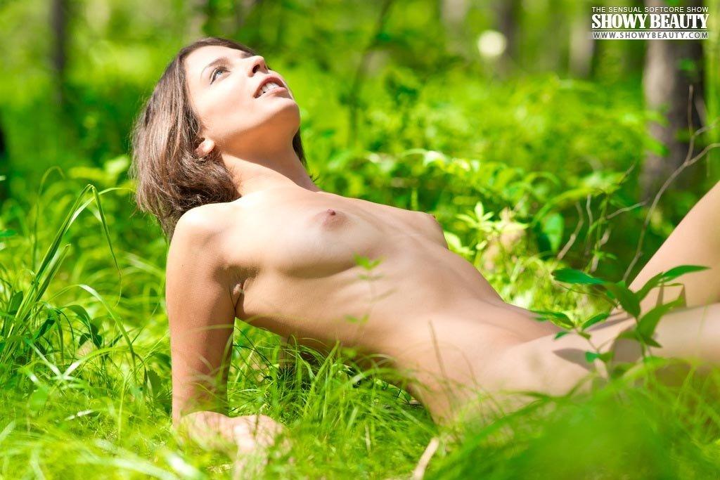 Красивая телка обнажилась в лесу
