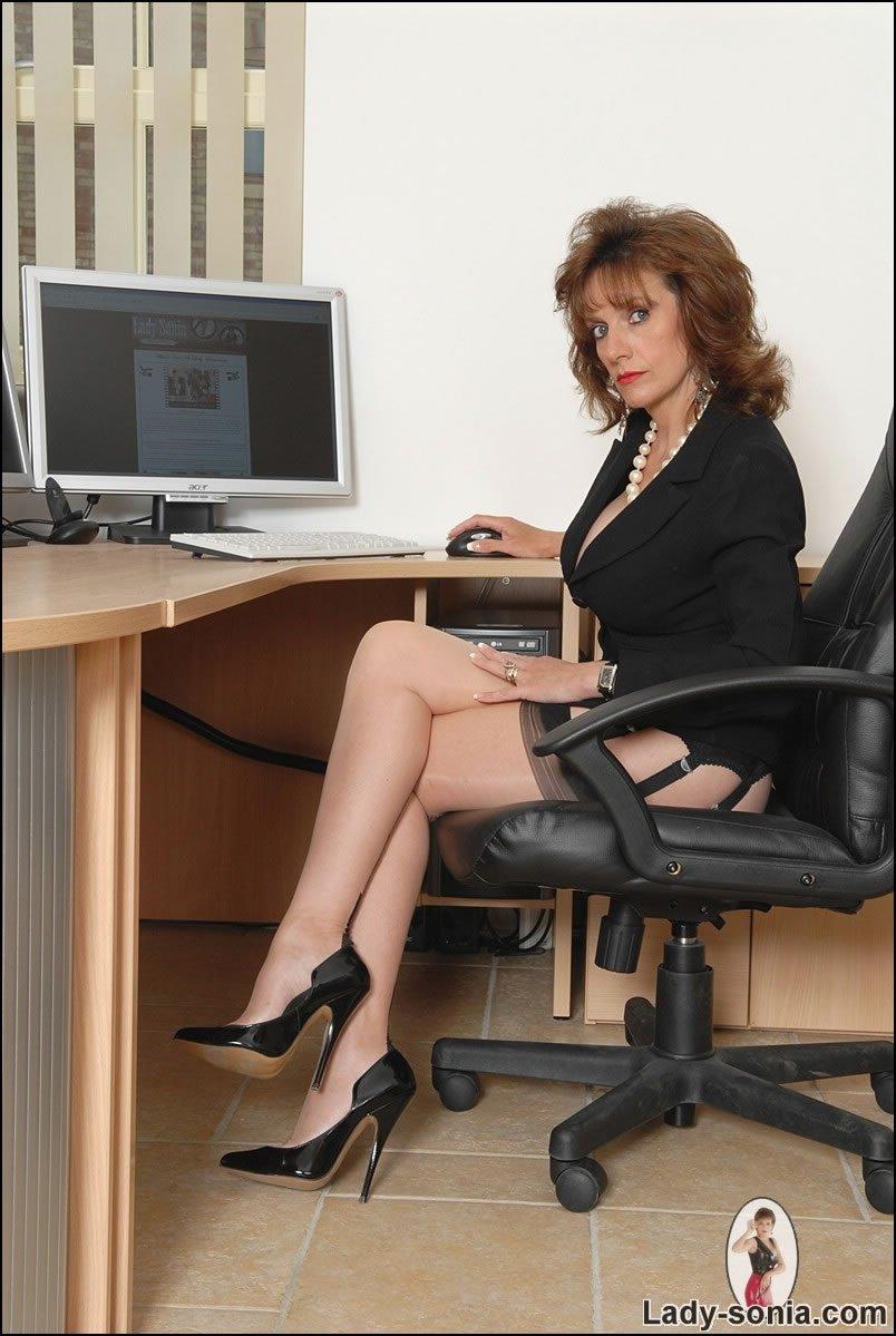 Зрелая секретарша вроде бы в одежде, но как то без трусов