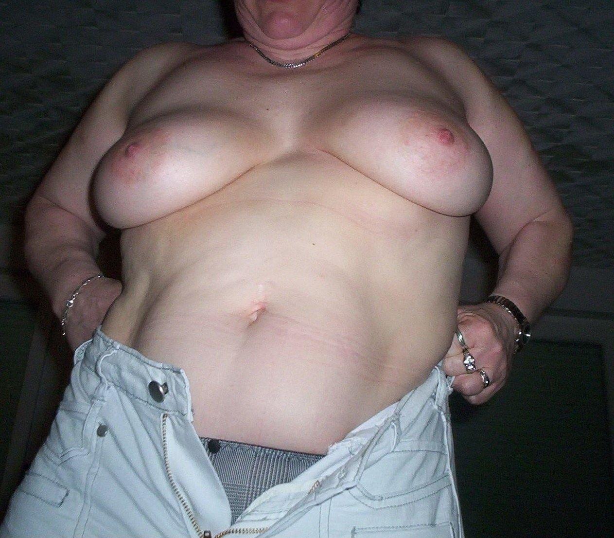 Мохнатая пизда и голые сиськи толстой дамы