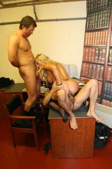 В подвале библиотеки ебут сочную блонду два мужика