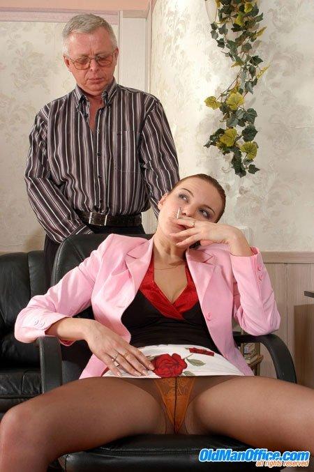 У секретарши строгий босс, но она его победила