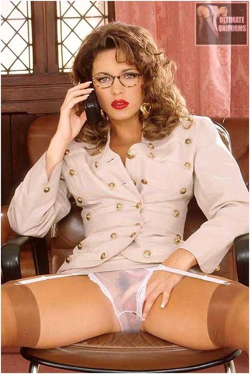 Секретарша нервничает ожидая босса с друзьями