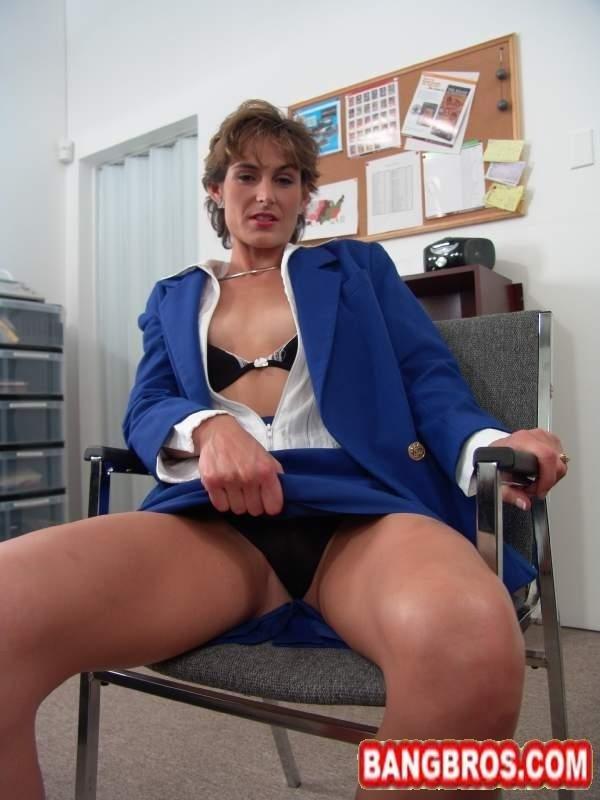 Опытная секретарша ублажает ртом молодого босса