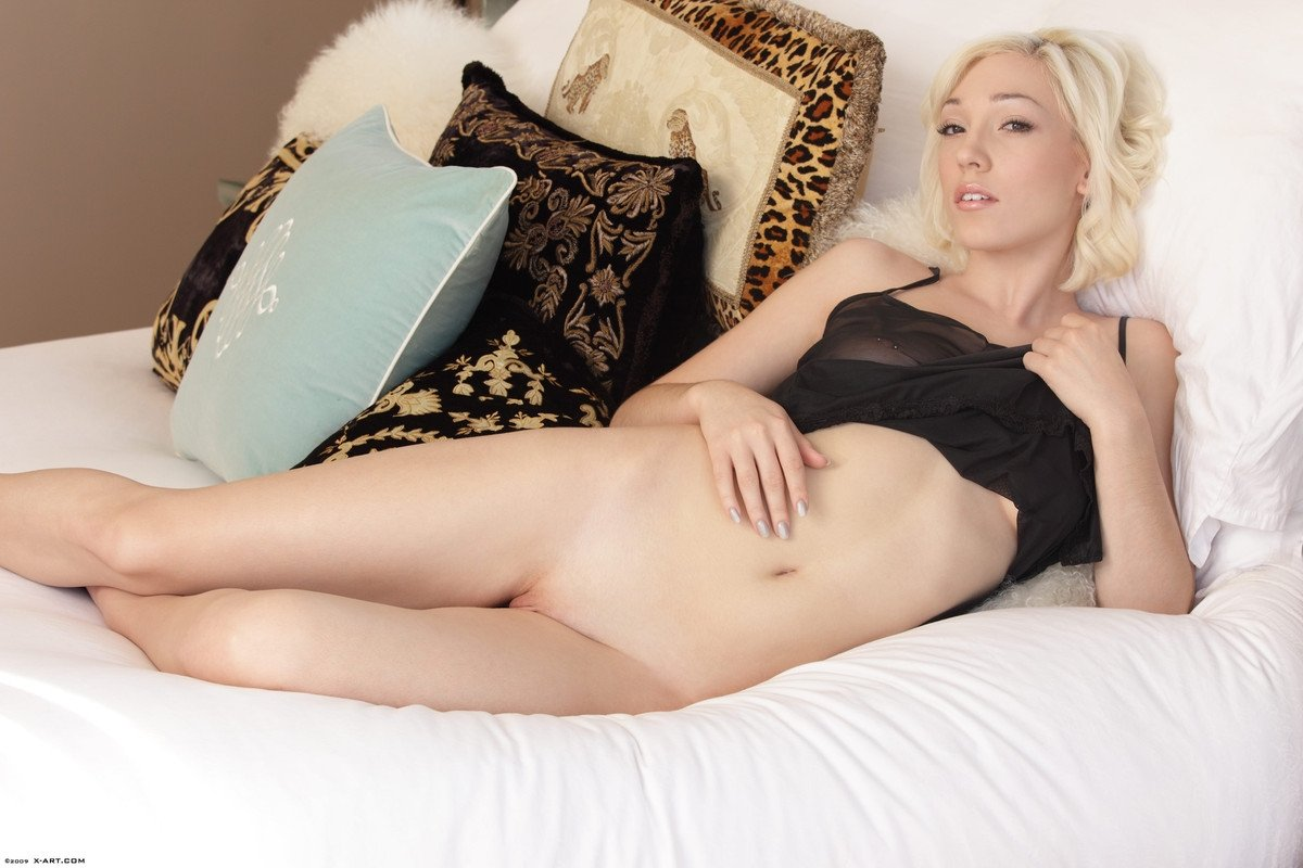 Обнаженная коротковолосая блондинка
