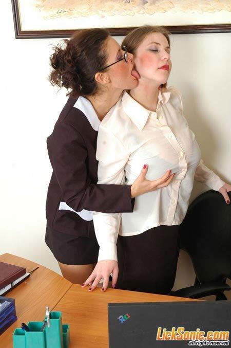 Директриса соблазняет молодую секретаршу