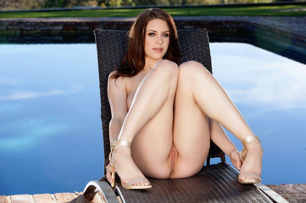 Модель с побритой пиздой сняла купальник и лежит на шезлонге