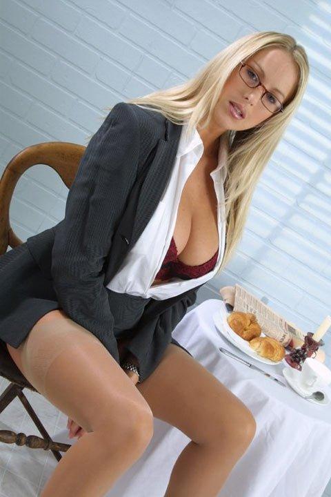 Сочная секретарша обнажила объемную грудь
