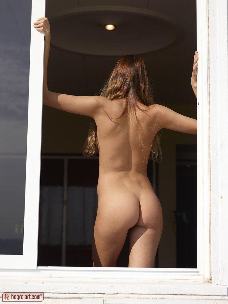 Молоденькая разделась у окна