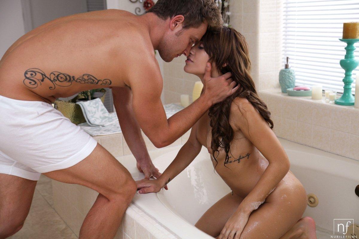Девушка шалила в ванной, когда туда вошел парень
