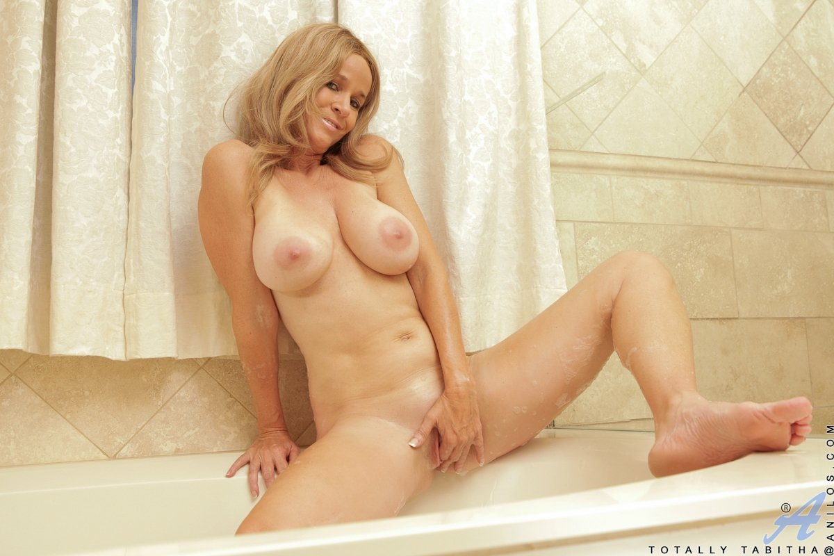 Зрелая дама с большими титями залезла в ванну