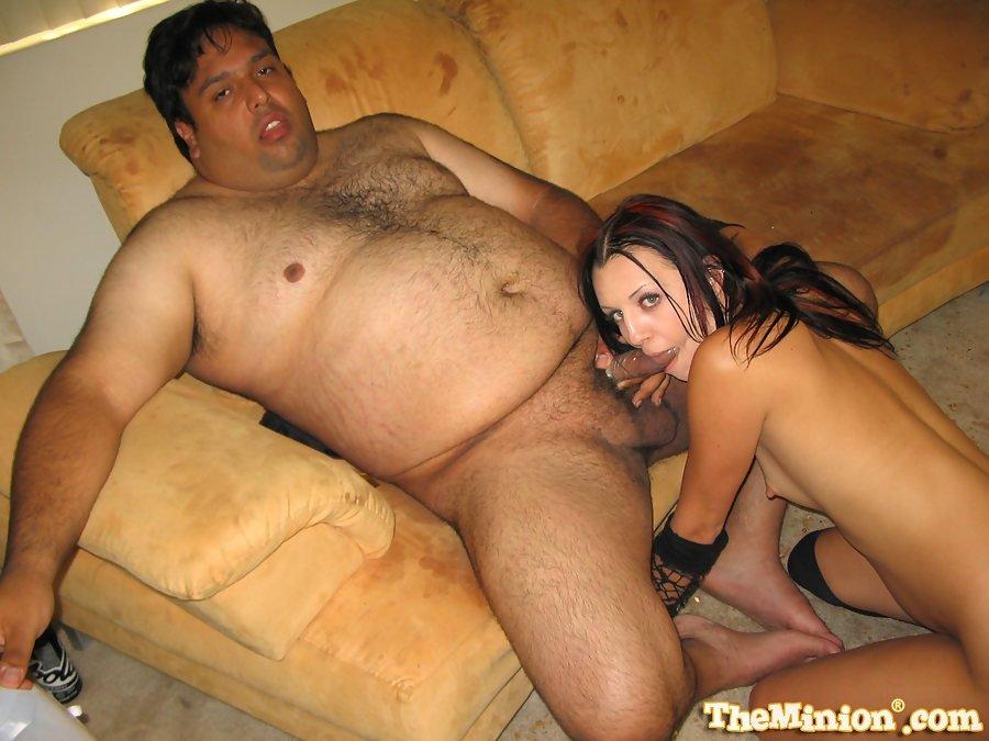 Толстяк с маленьким членом трахает худую проститутку