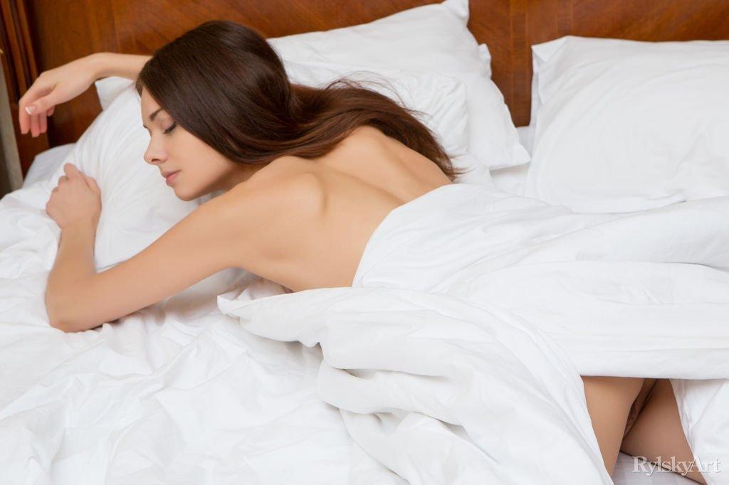 Пробуждение голой красотки