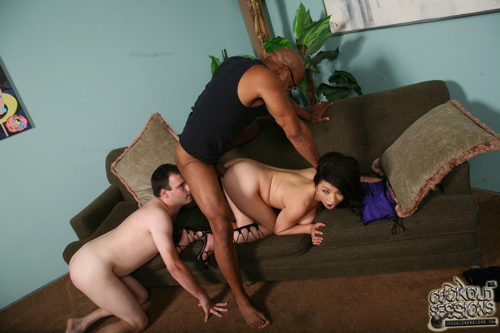 Азиатка с негром и с мужем куколдом