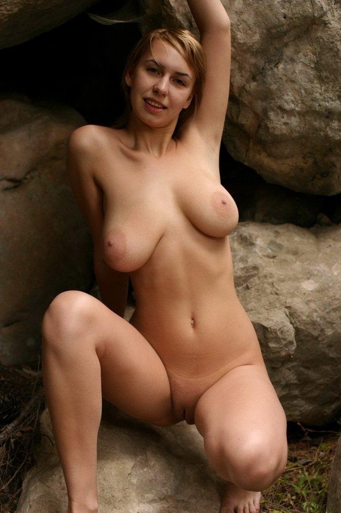 Короткие волосы, но грудь совсем не короткая у девчули