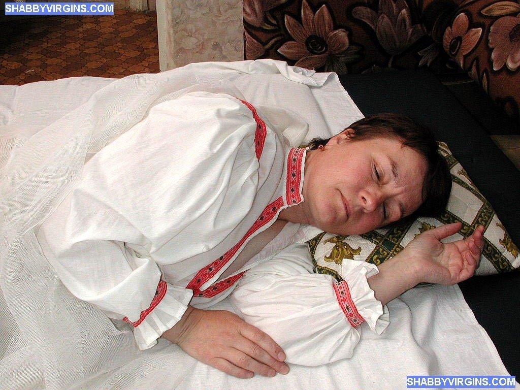 Молодой блондин сношает пожилую, пьяную женщину